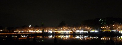 反対岸からの夜桜と屋台